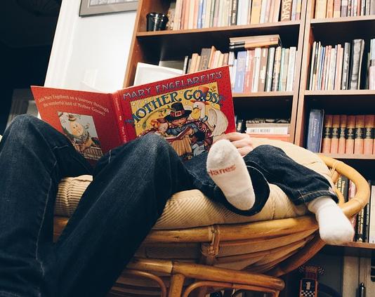 tata z dzieckiem i książką