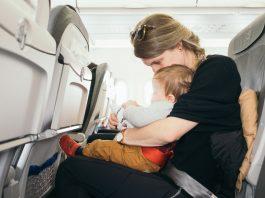 karmienie dziecka w samolocie