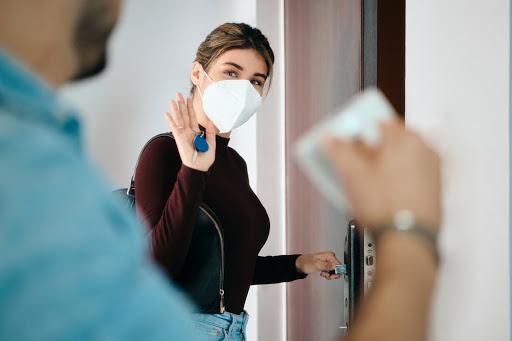 kobieta w masce filtrującej